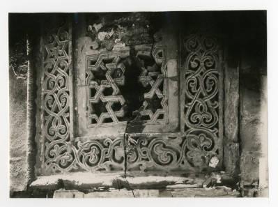"<bdi class=""metadata-value"">A rectangular window in al-Hakim mosque</bdi>"